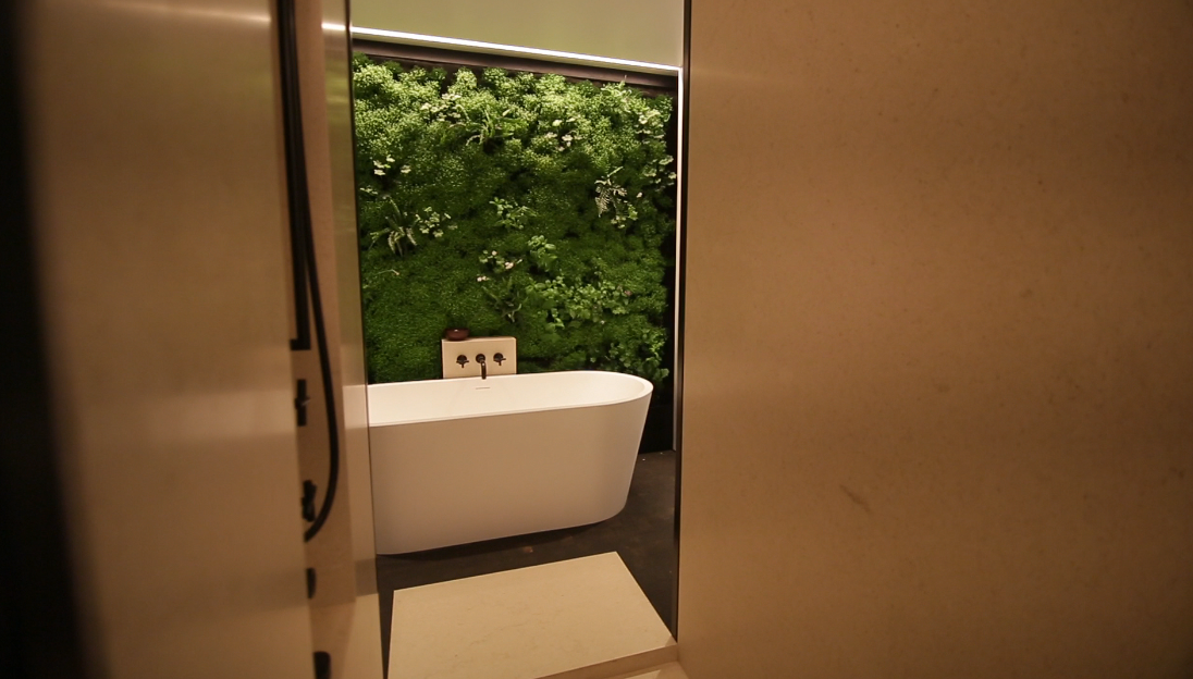 Zen bathroom living wall habitat horticulture aménagement