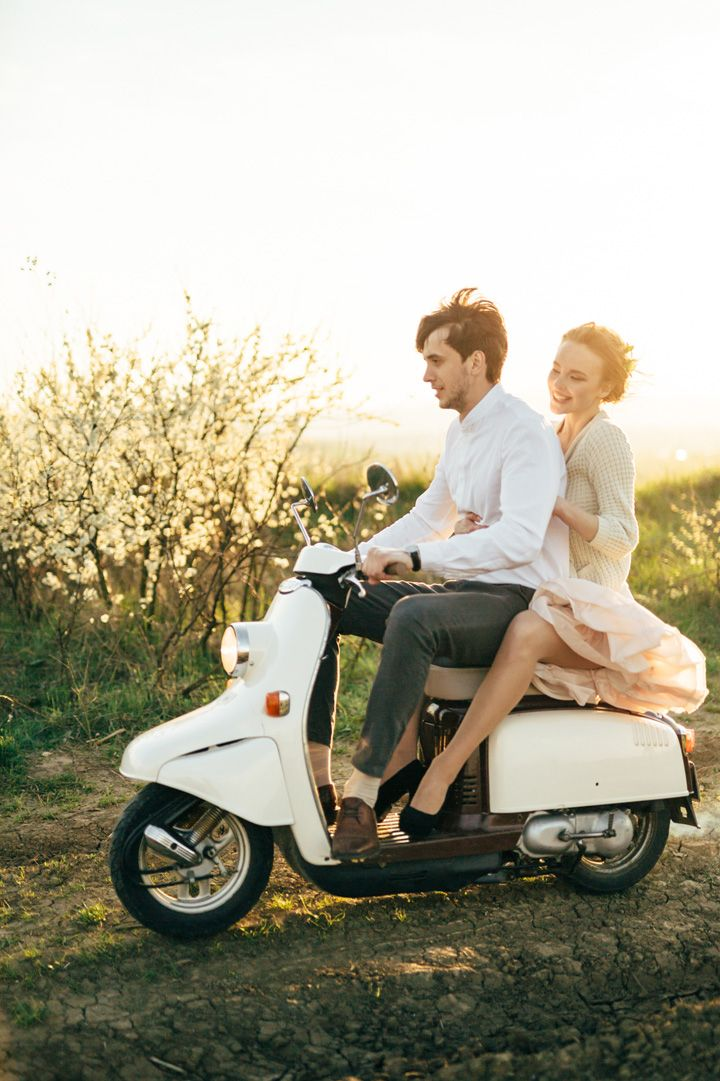 countryside engagement session + ride on vespa | fabmood.com #wedding #engagementsession #countrysideengagementshoot