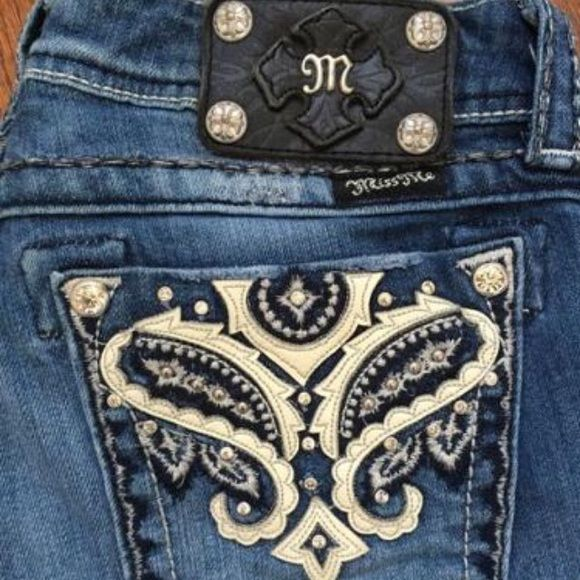 "Miss Me BootcutStyle JW5367B3 SPARKLE in these MISS ME BOOTCUT JEANS.SIZE-2️⃣8️⃣ Features white leather paisley cut outs on the pockets with whip stitching, rhinestone, & stud accents.A small rivet is missing on left pocket (see 2nd pic)Waist-28""/Inseam-32"". Miss Me Jeans Boot Cut"