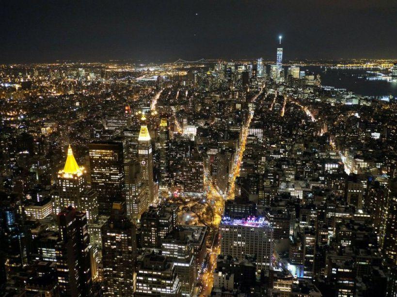 Vue nocturne de New York depuis l'Empire State Building, le 4 février. (AFP PHOTO/JEWEL SAMAD)