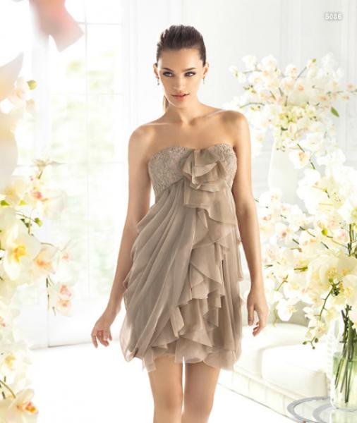 f5ea1a6cb59 Vestido corto en color tierra con volúmenes al frente para damas de boda