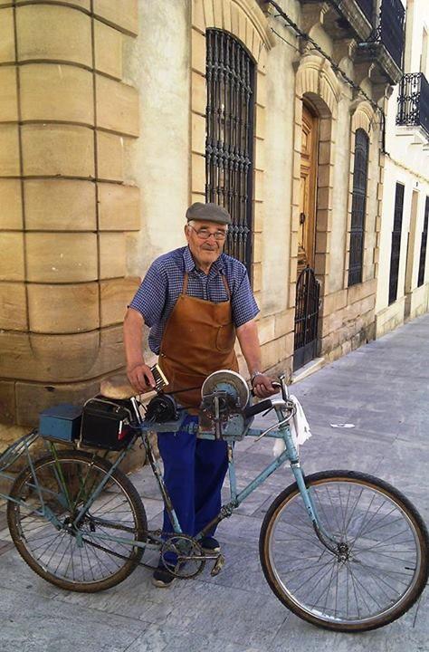 3261f82bb afilador de cuchillos en bici   afilador en 2019   Afilador de ...