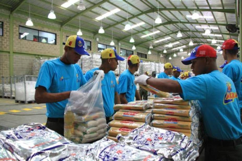 Torres detalló que cada bolsa cuenta con dos latas de atún, una lata de sardinas, dos kg de leche en polvo, dos kg de pasta, dos kg de azúcar, tres kg de arroz cuatro kg de harina de maíz precocida y un litro de aceite, todos ellos, productos producidos por industrias venezolanas, a un costo de 8.541 bs.