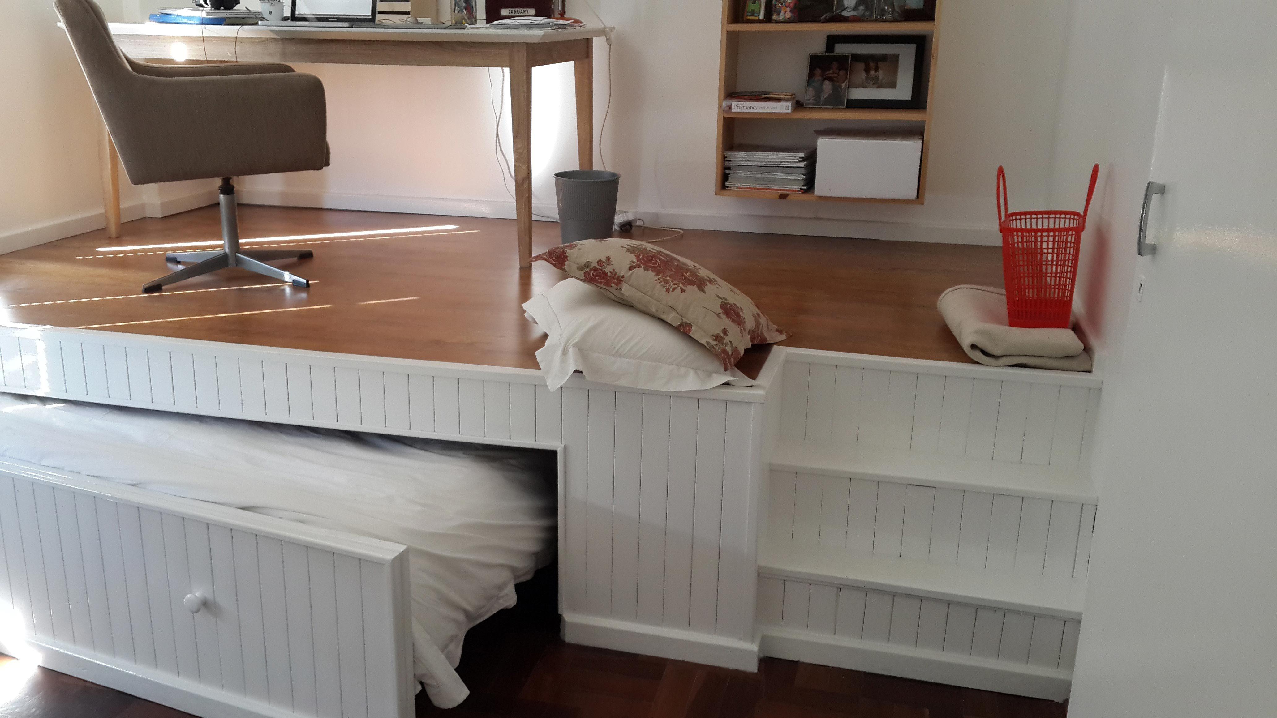 La cama aparece tirando de los dos pomos del frontal, y aunque en las fotos parezca más pequeña, tiene el tamaño suficiente para que dos persona adultas quepan a la perfección.