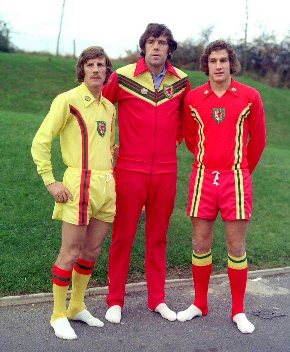 1976, Pais de Gales. Novas camisolas.