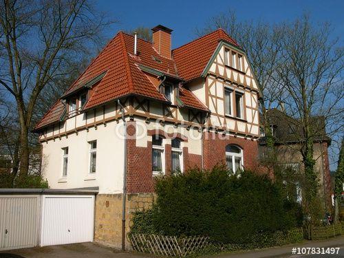 Schöne alte Villa mit Fassade aus Fachwerk und rotbraunem