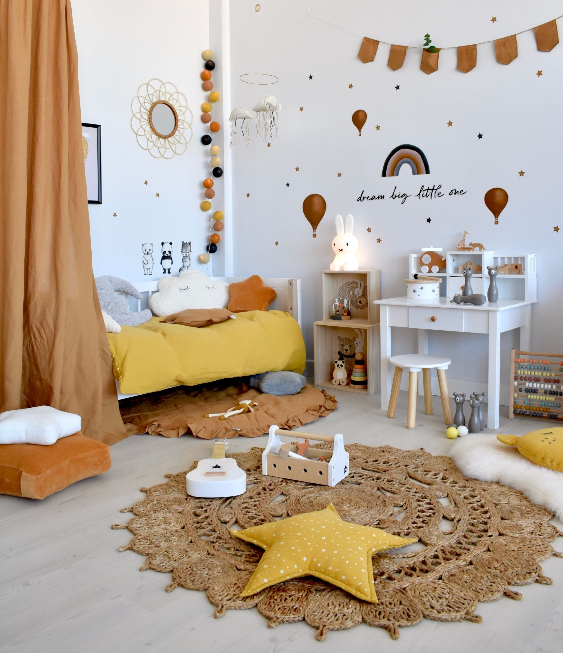 Photo of Kinderzimmer in Senfgelb & Camel mit Naturdeko bei Fantasyroom online kaufen