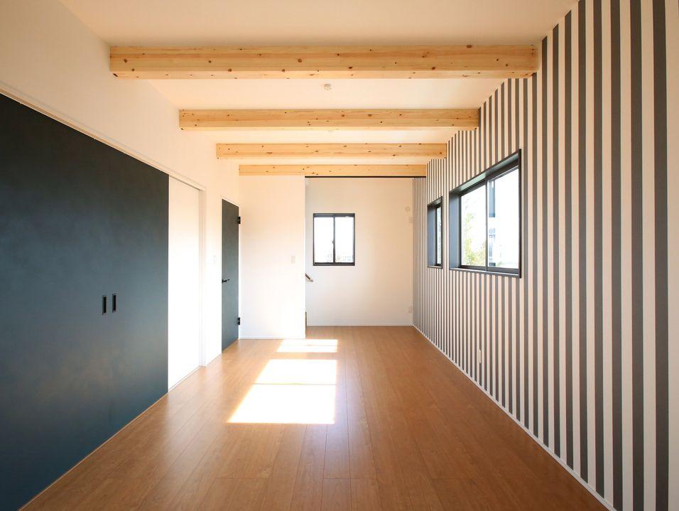 一緒に使える広々とした子ども部屋は 表し梁とストライプの壁紙で