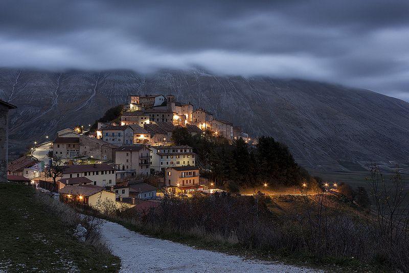 Come in un Presepe. Il paese di Castelluccio di Norcia, sul far della sera. Italia