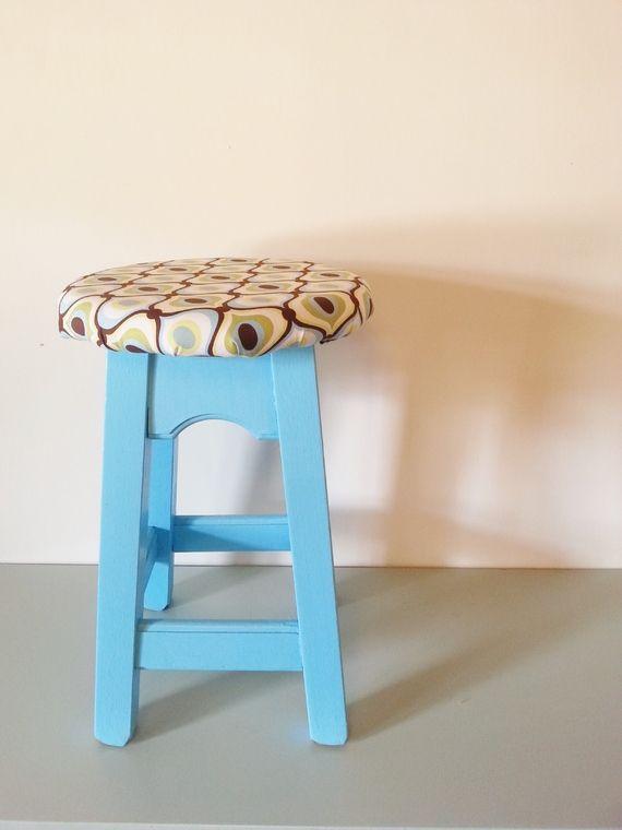 ★ שרפרף עץ מלא צבוע כחול עם ריפוד בהדפס רטרו מיוחד. ★ מושלם כעיצוב משלים לבית. http://market.marmelada.co.il/products/268797