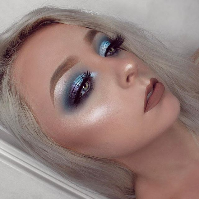 FEELING BLUE   ⠀⠀⠀⠀⠀⠀⠀⠀  FACE: @nyxcosmetics total control drop foundation @katvondbeauty lock-it concealer crème #ABH gleam glowkit + contour kit: light/medium   EYES: #nyxcosmetics ultimate brights palette @sigmabeauty loose shimmer: Airy  #anastasiabeverlyhills moonchild glowkit: 'blue moon' + 'blue ice' on the lid @iconalashes 'i see you boo' lashes  BROWS: @anastasiabeverlyhills #dipbrow: blonde  LIPS: @jeffreestarcosmetics velour liquid lipstick: 'posh spice' + 'i'm nude'
