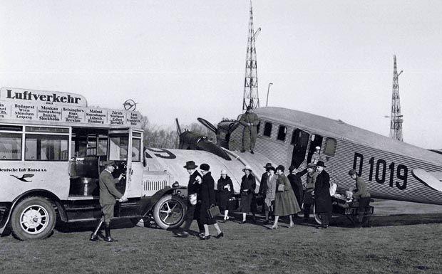 """Berlin-Tempelhof 1928,Passagiere verlassen eine Junkers G24 der """"Deutschen Lufthansa AG"""""""