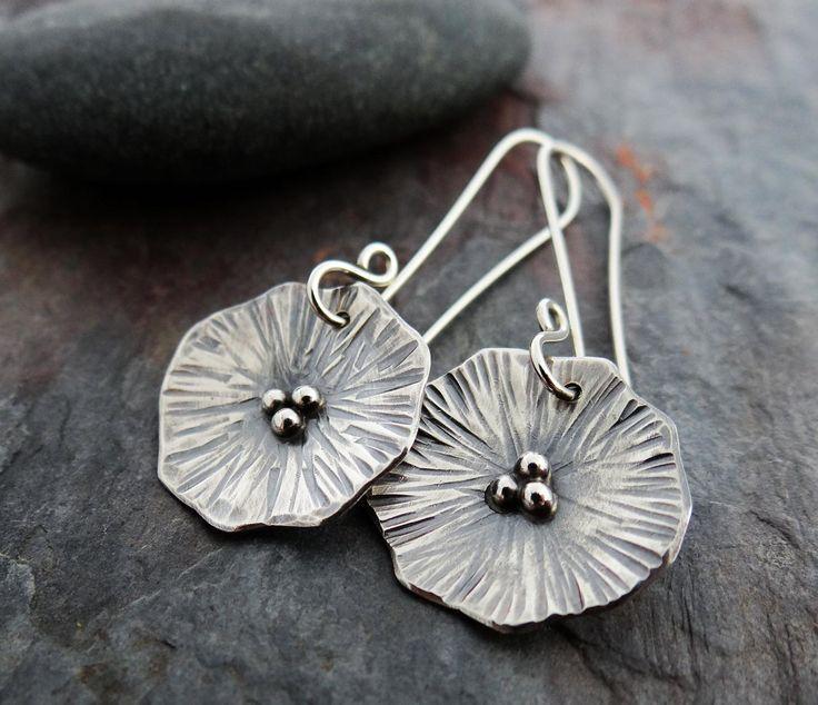 Pendientes Poppy Love || pendientes colgantes de flores forjadas a mano || joyería de orfebrería de plata (5314)