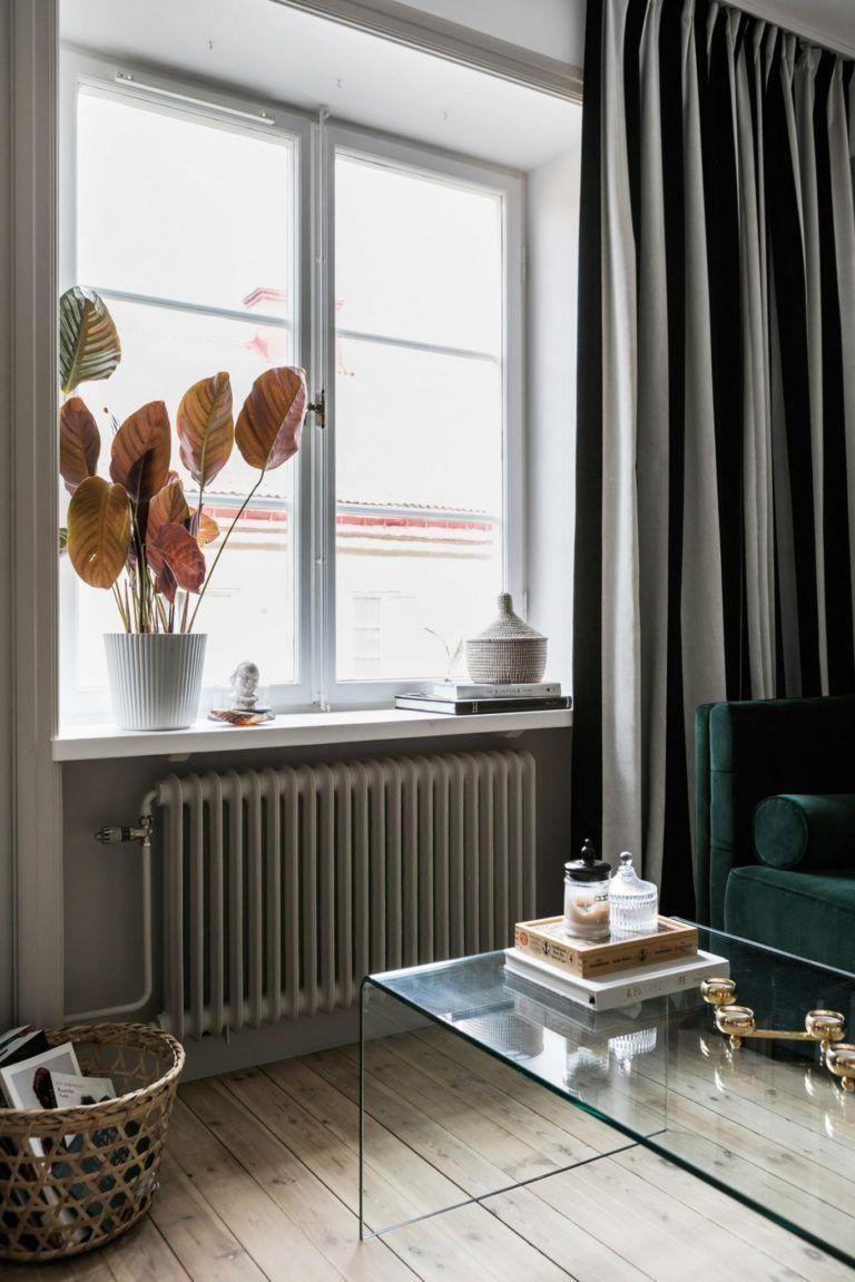 Veldig Her ses en vindueskarm i en stue med lange gardiner og en flot UO-53