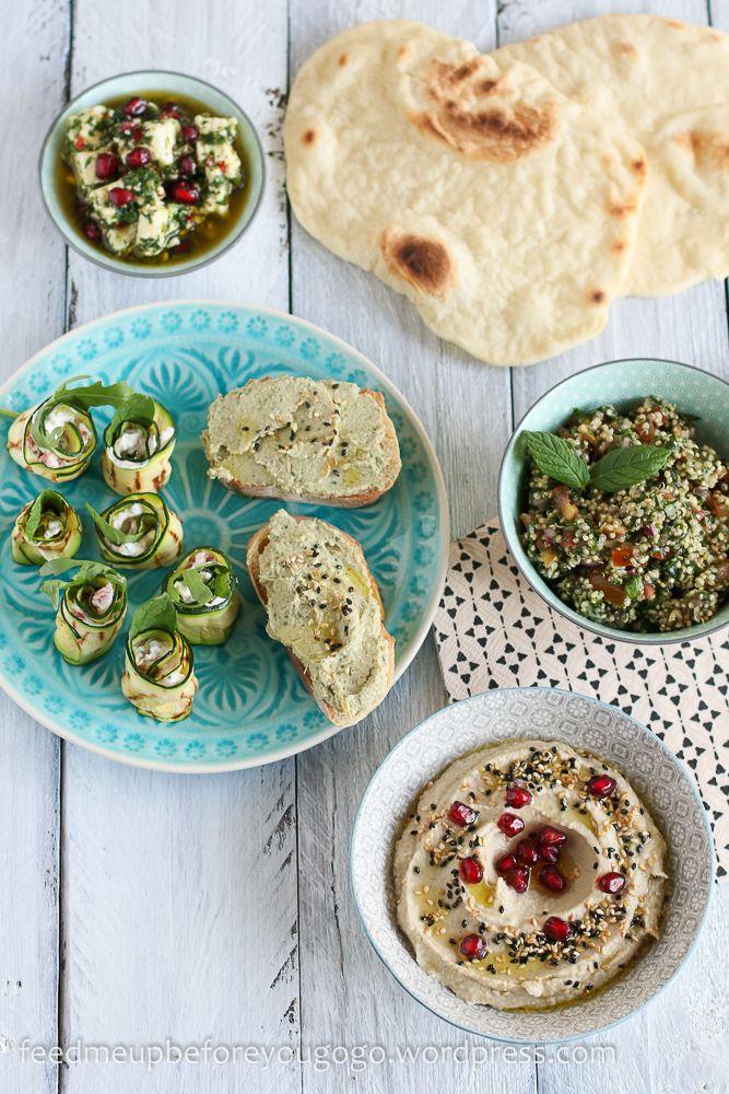 Vegetarische Mezze: Baba Ghanoush, Artischocken-Walnuss-Aufstrich und Zucchinirollen mit Ziegenkäse, Paprika und Minze