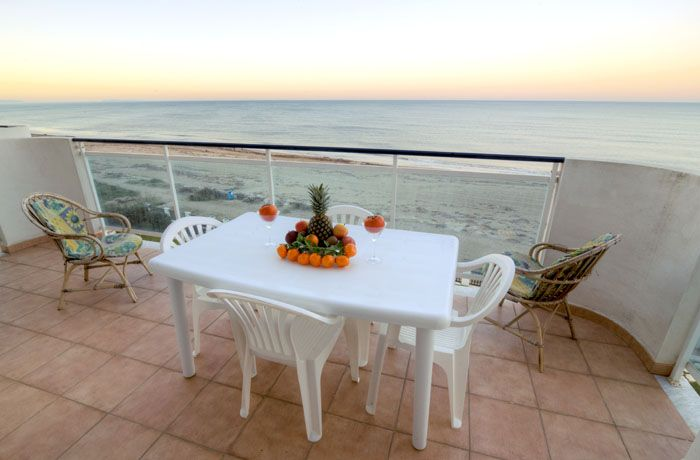 Petit déjeuner en terrasse   vacances-et-bienetrefr - Gites De France Avec Piscine Interieure
