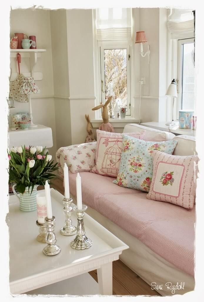 comfortable sofa with mixed pink patterns shabby id e shabby chic d coration shabby chic et. Black Bedroom Furniture Sets. Home Design Ideas