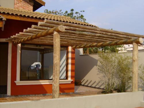 Frentes de casas con portones de madera y palos buscar - Postes de madera para pergolas ...