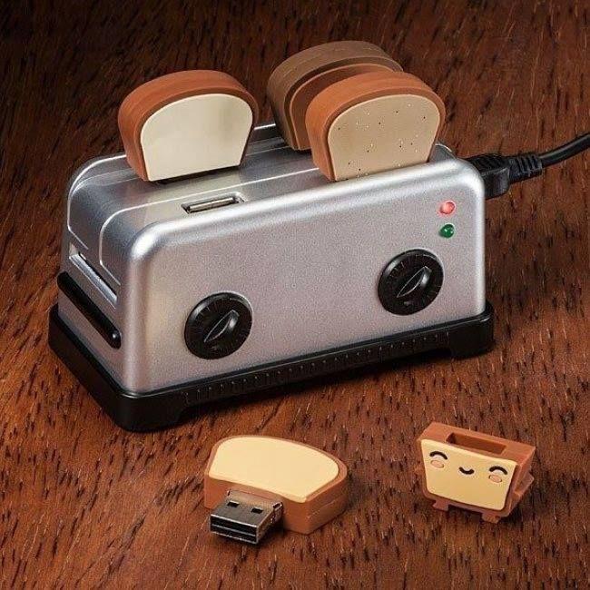 #gadgets #regalos #originales #friki #geek #divertido #fotos #curiosas  Mirar que tostadora con tostadas USB más original...Puede parecer un poco armatoste pero tiene su gracia ver a estas cuatro tostadas calentándose en este tostador. En realidad son cuatro memorias de 4 Gb http://www.yougamebay.com