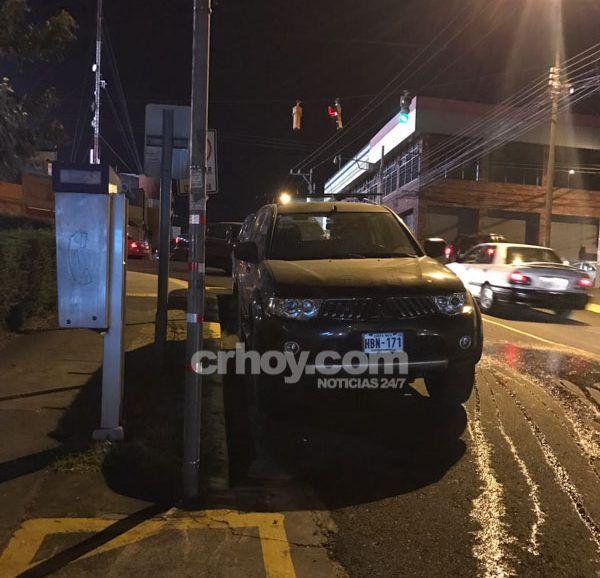 ¡No paran! Carros mal parqueados bloquean salida de bomberos