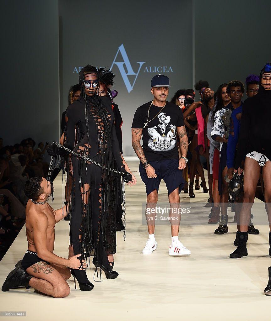 Suunnittelija Adrian Alicea kävelee kiitotien Adrian Alicea muotinäytöksessä New Yorkin Fashion week syyskuu 2016 Manhattan Centre 10. syyskuuta 2016 New Yorkissa.