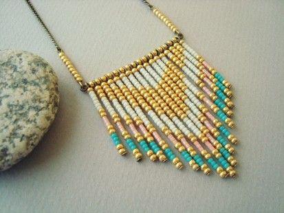 Bijou sautoir tendance Navajo : Sautoir composé de rocailles de qualité supérieure enfilées sur des tiges en métal bronze. Couleur doré/rose saumon/crème/turquoise vert - 1638073