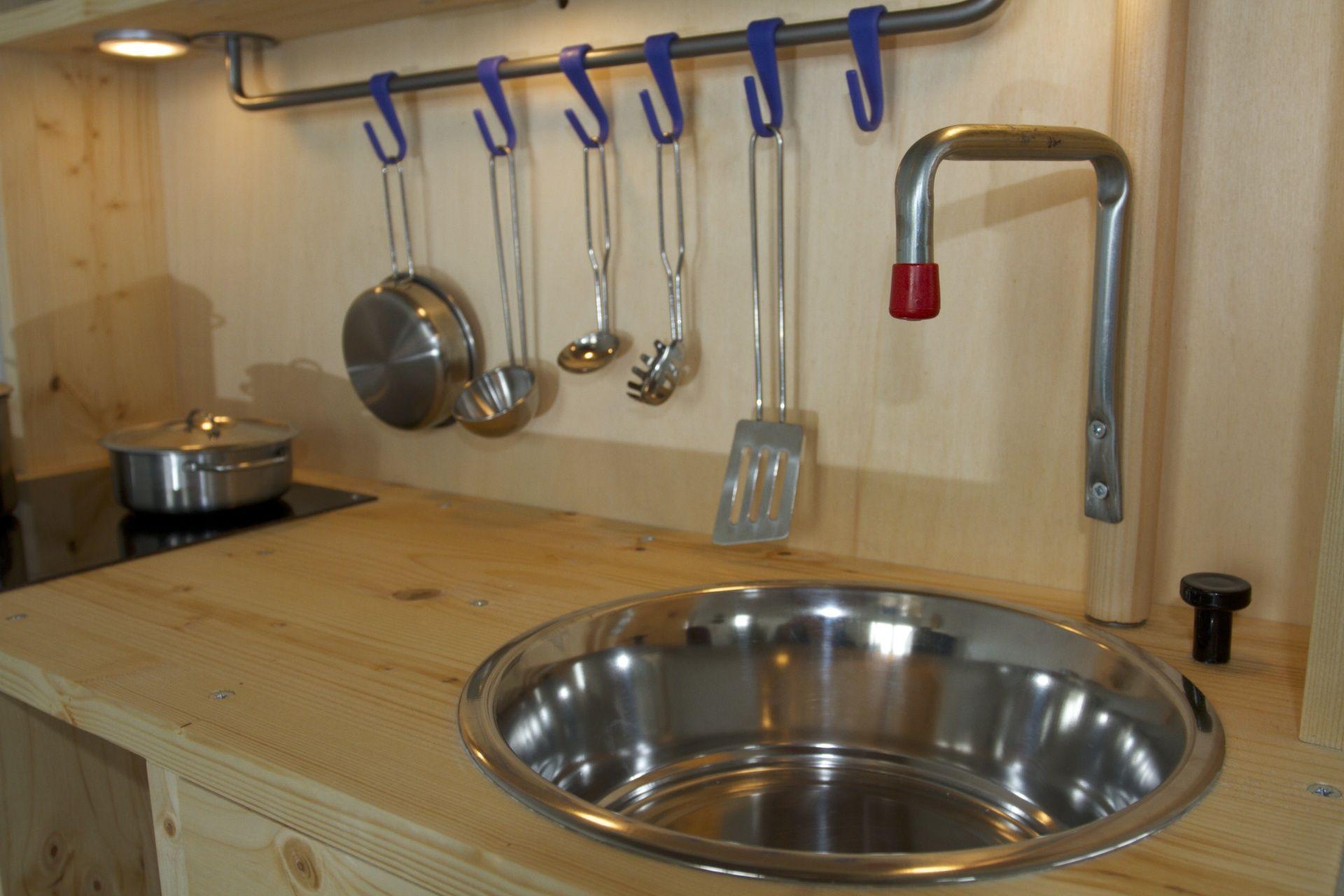 sp lbecken und wasserhahn das sp lbecken ist ein swisspet edelstahlnapf. Black Bedroom Furniture Sets. Home Design Ideas