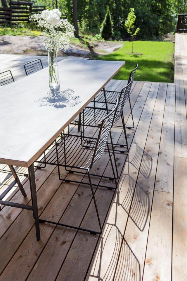 Yhteistyö: Pisarameri Terassin kalusteista tärkeimmät on nyt hankittu, eli ruokapöytä ja tuolit. Ruokapöydäksi valitsin mikrosementillä pinnoitetutun pöytälevyn yhdistettynä metallisiin pukkijalkoihin