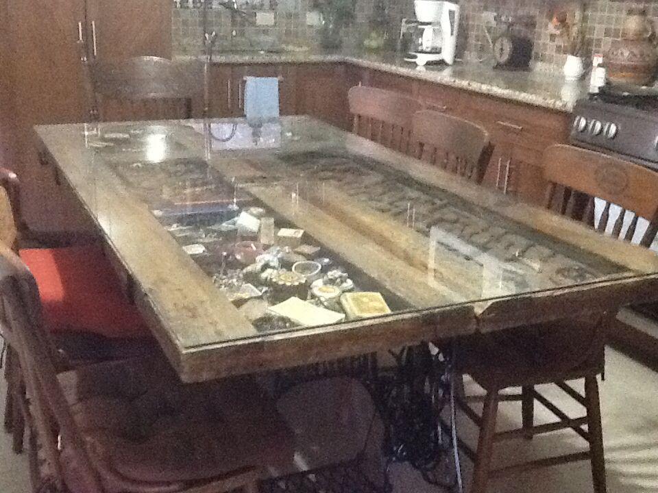 Mesa de puertas antiguas mostrando colecci n de objetos for Mesas hechas con puertas antiguas