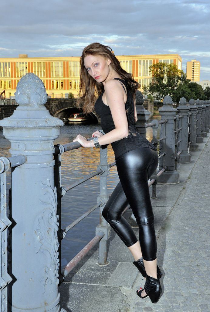 Blondie in leggings und der anal dildo bostero - 5 8