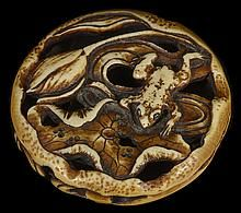 Un japonés MANCHADO MARFIL MANJU NETSUKE de una rana y Lotus, temprano era Meiji, alrededor de 1870