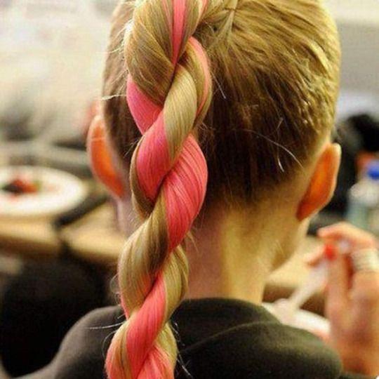 Trenza de cuerda: es una trenza muy fácil. Consiste en dividir el cabello en dos partes que después de entrelazarán. Antes de hacerlo, se enrolla cada parte sobre sí misma. El cabo de la derecha hacia la izquierda y así hasta el final sin apretar demasiado.