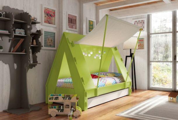 子供の頃、自分の部屋に「秘密基地」を作って遊んだなぁ。 毎日の寝具であるベッドが、まるでキャンプを楽しむようなテント型だったら、きっと寝るのが楽しみに。 Mathy by Bolsの「Tente」は、子供が間違いなく喜ぶ、アウトドア・テントみたいなベッドです。 三角屋根のあるシンプルなウッドベッドですが、くるくる巻ける...