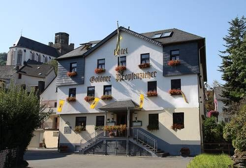 Goldener Pfropfenzieher Oberwesel This traditional hotel lies in Oberwesel's Old Town, a 6-minute drive from the Loreley Rock. Its rooms offer a flat-screen TV and wonderful views of Schönburg Castle or the River Rhine.