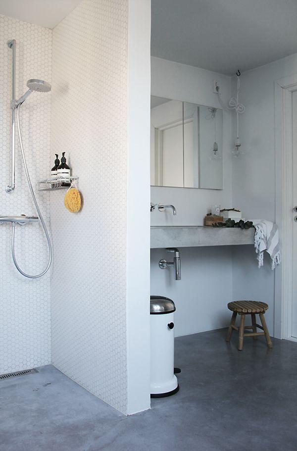simple + calm bathroom Carrelage, Salle de bains et Salle
