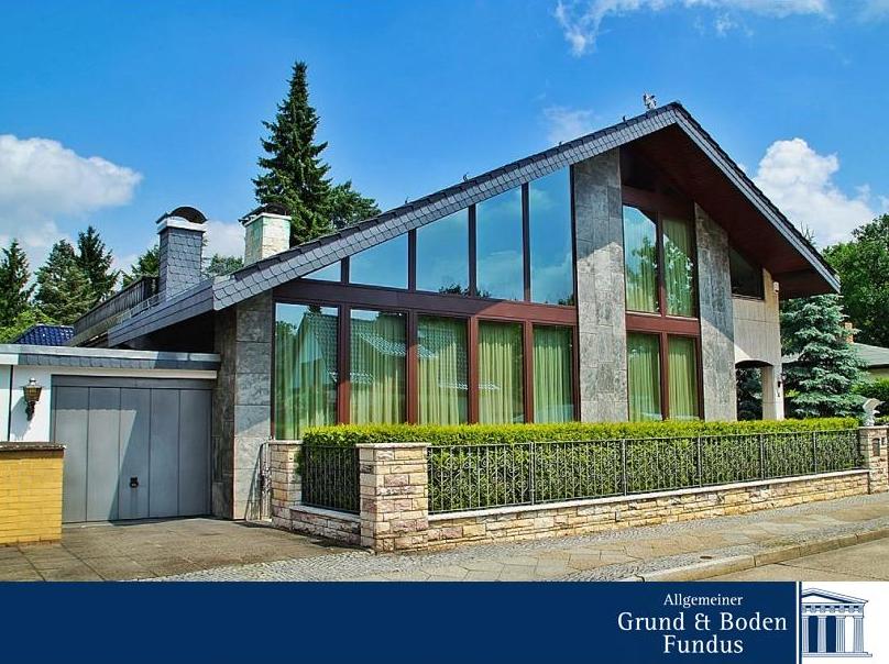 ARCHITEKTENVILLA IN BERLIN-RUDOW  Ein Schwimmbad mit Bisazza-Dekor, direktem Zugang zur uneinsehbaren Terrasse mit Außenkamin, hochwertige Marmor- und Granitfußböden sowie eine moderne offene Einbauküche mit Markengeräten der Firma Miele verstehen sich bei dieser Villa als selbstverständlich.  Weitere Informationen zum Objekt finden Sie unter: www.grund-boden-fundus.de/de_objektdetails.php?ID=375D90AA17E74323B3D2E2D29826B29F