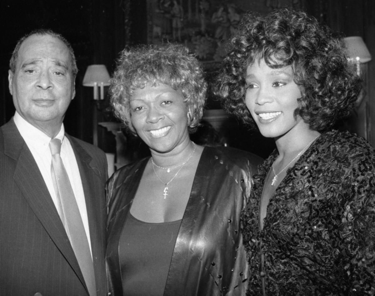 Whitney Houston With Her Father John And Mother Cissy In The 1980s Whitney Houston Cissy Houston Father John