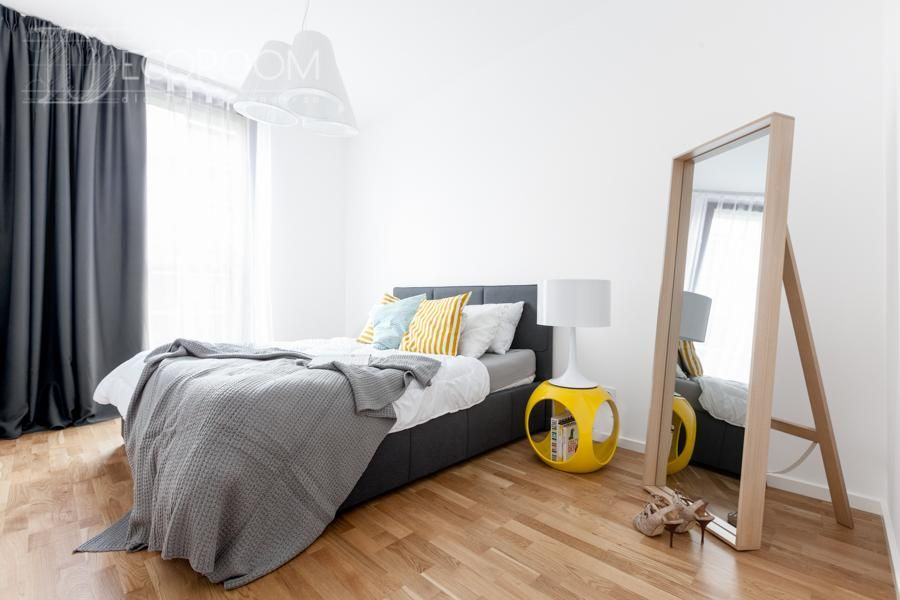 Sypialnia zaprojektowana jest w kolorach bieli, czerni i ...