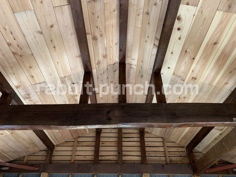 ネオステインを塗装して立派な梁をキッチン天井の主役に仕上げる 天井 ステイン 古い木材