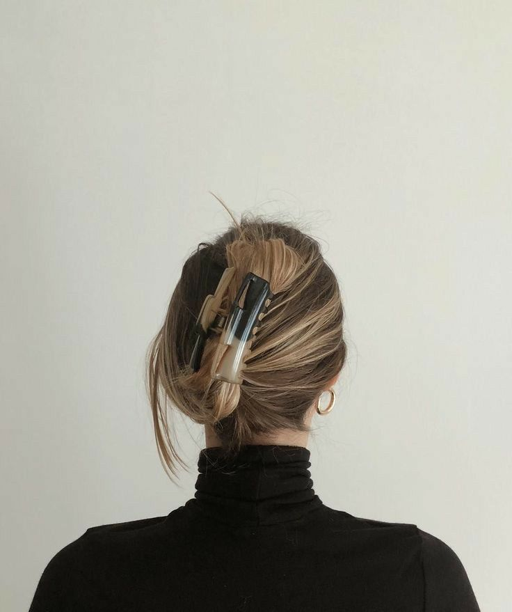 Chic simple blogger clawclip hairstyle in 2020 clip