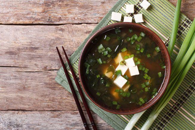 Un tazón de sopa de miso con tofu y cebolla verde