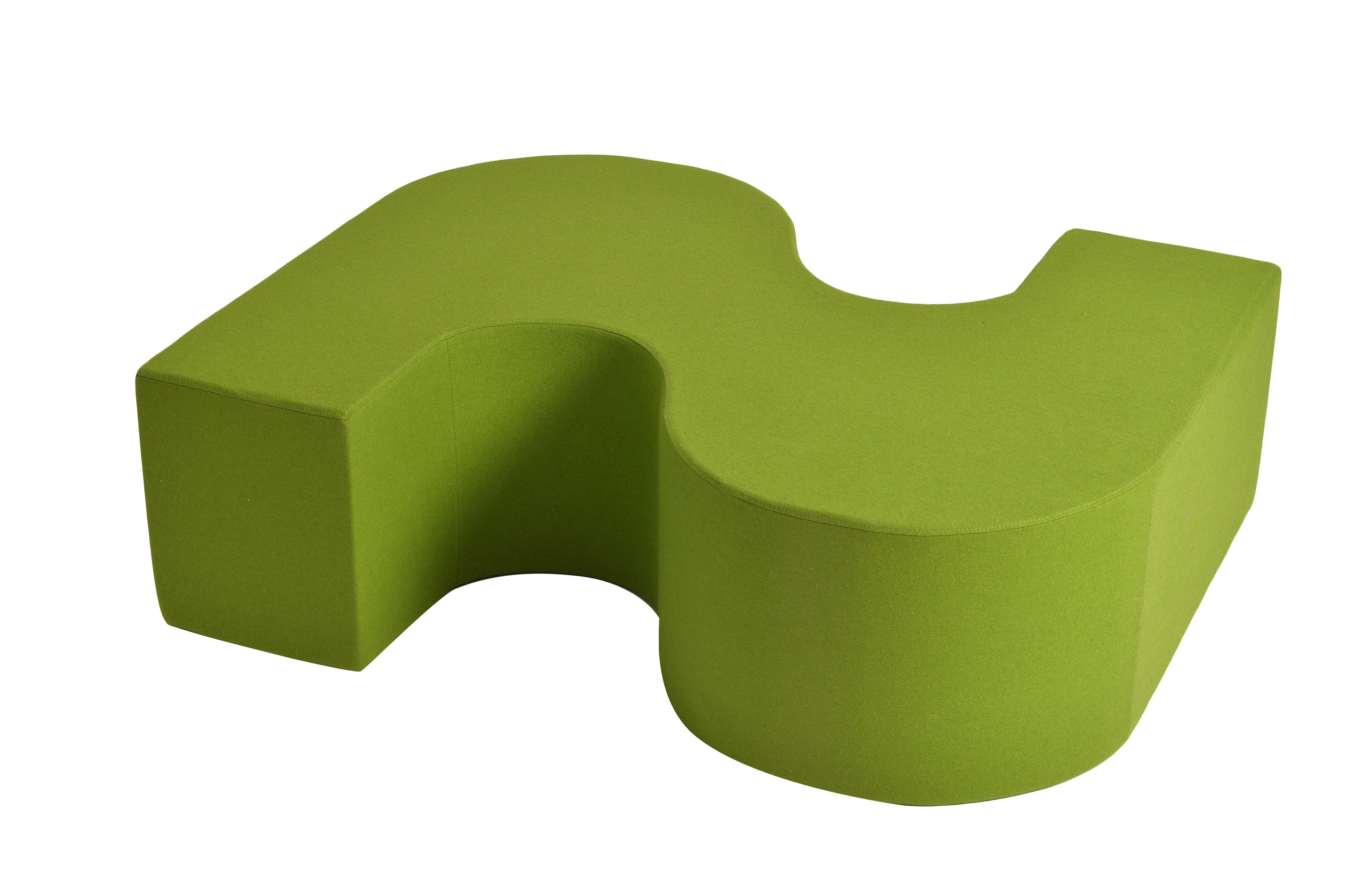 La banquette verte BBB by Oxyo. La banquette BBB est une transposition d'un élément de mobilier urbain dessiné par le studio de Jean Balladur : le B.B.B (Bordure, Banc, Béton), conçu pour protéger les trottoirs et autres espaces de la ville, François Combaud repense ce mobilier urbain pour une utilisation intérieure. La forme en S évoque la fluidité des vagues, les formes généreuses, elle abandonne le béton pour la mousse et le drap de laine, s'agrandit et devient assise.