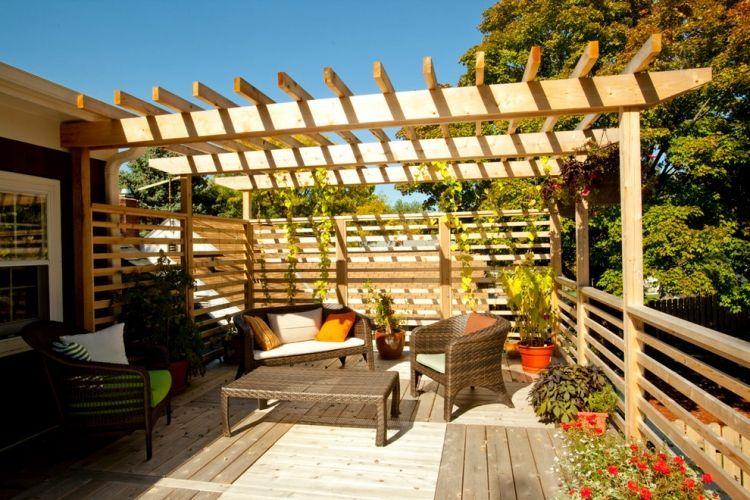 Pergola Aus Hellem Holz Mit Integrierter Sichtschutzwand ... Holz Pergola Garten Moderne Beispiele