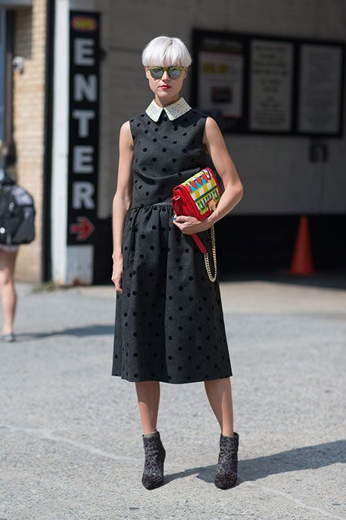 Street Style: New York Fashion Week Spring 2014- estilo retrô com toques de modernidade na bolsa,bota e óculos.