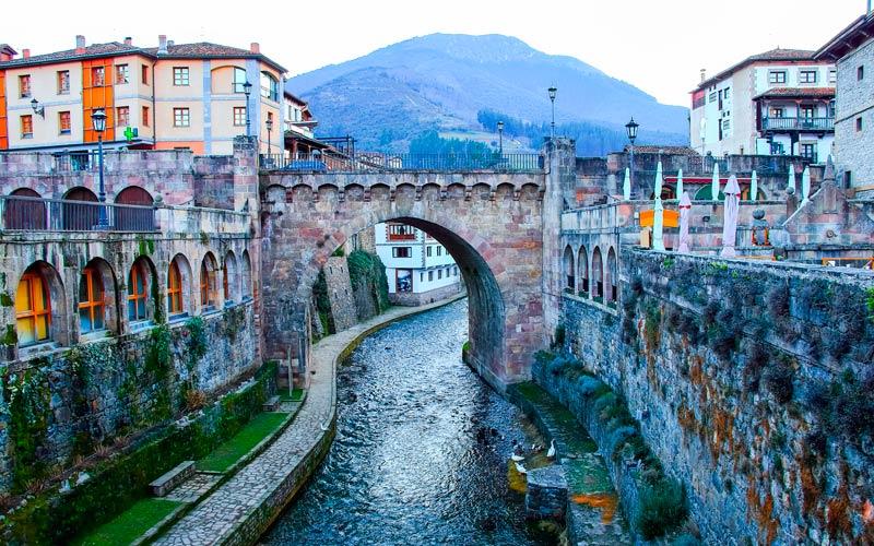 Los Pueblos Más Bonitos De Cantabria España Fascinante Potes Asturias España Pueblo Bonito