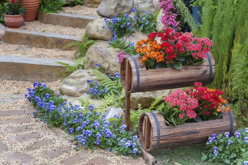 Im freien Schritte mit kleinen gestuften Fass Blume Pflanzer ...