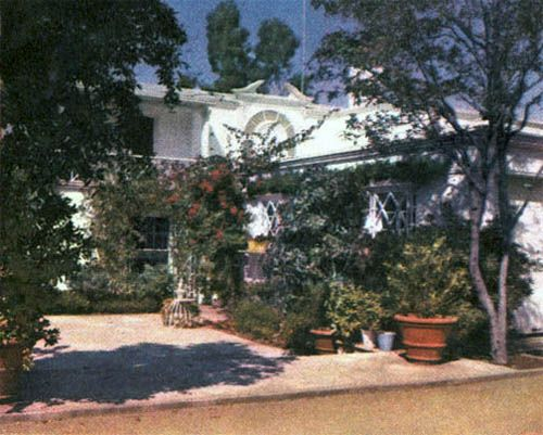 Joan S Brentwood Home At 426 N Bristol Circle Was Owned By Her From 1929 1959 30 Years Hollywood Homes Hollywood Mansion Celebrity Houses