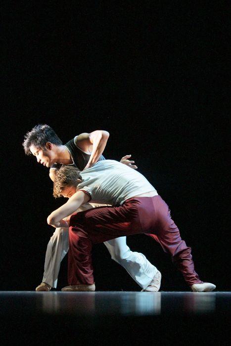 No ballet: Aus einer Vielzahl internationaler Bewerbungen aus insgesamt über 50 Nationen wird die Jury für den Choreographie-Wettbewerb erneut 18 Choreographen einladen, die mit ungewöhnlichen und gegen den Strich gebürsteten Werken überraschen und begeistern werden. Gezeigt wird »Tanz pur« auf höchstem künstlerischem und technischem Niveau!© Günter Krämmer