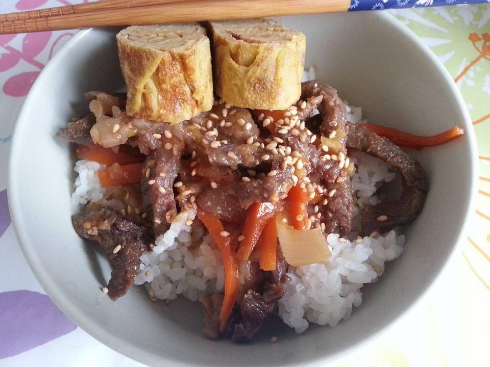 Gyudon al miso (manzo e riso) - di Louise Pénaud per 4 persone - 250/300 g di bistecca di manzo... - 1 cipolla - 1 carota - 300g di riso da sushi - 1 cucchiaio di miso - 3 cucchiai di mirin - 2 cuc...