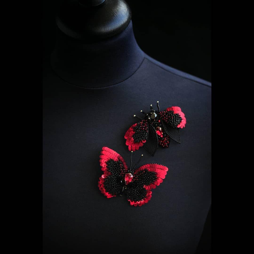 Kak Zhe Krasivo Eta Parochka Smotritsya Vmeste Listajte Karusel Tam Est Foto Na Manekene Dlya Zakaz Bead Embroidery Jewelry Sequin Crafts Beaded Brooch